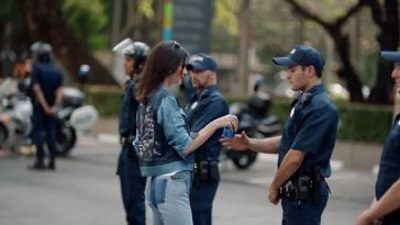 Kendall handling the Pepsi with the cop and showing us how to solve conflicts.